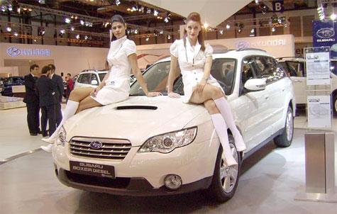 Chicas guapas en el Salón del Automóvil de Madrid