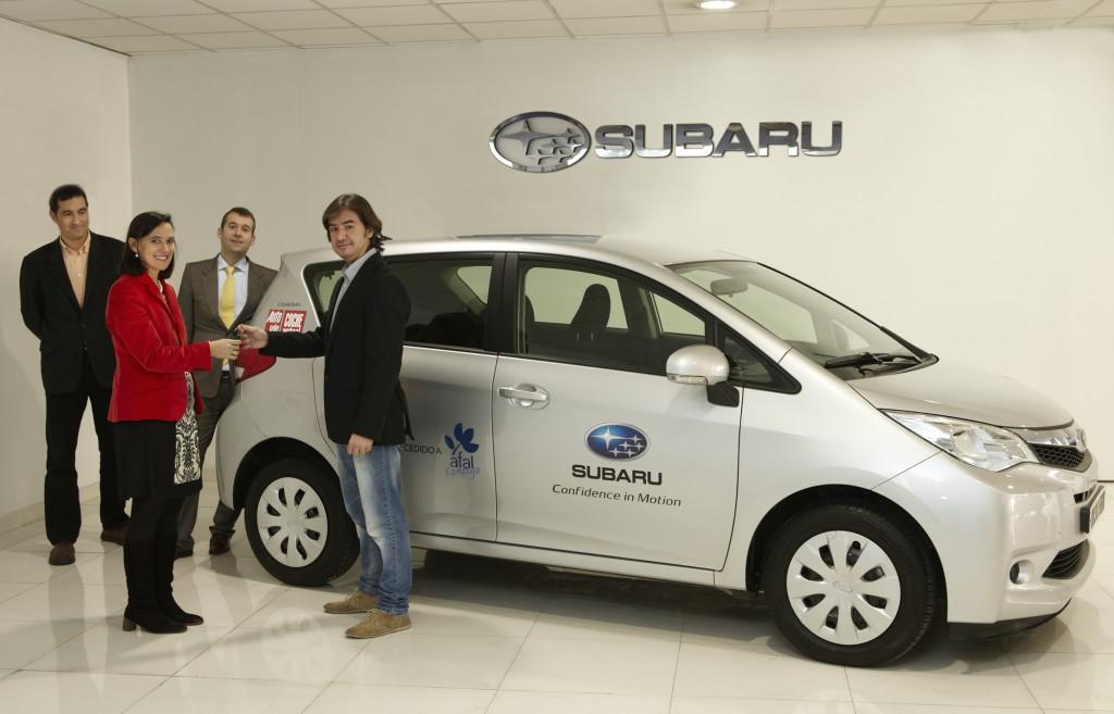 Entrega del Subaru Trezia a la asociación de alzheimer