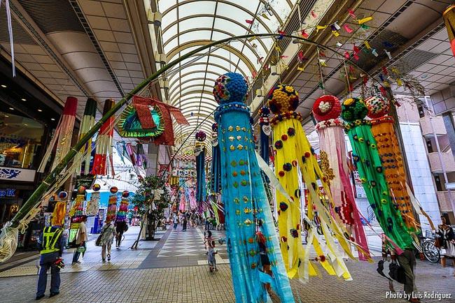 Banderolas de Tanabata en Sendai. © Luis Rodríguez